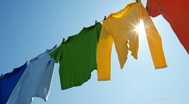 Không phơi ngay quần áo sau khi giặt