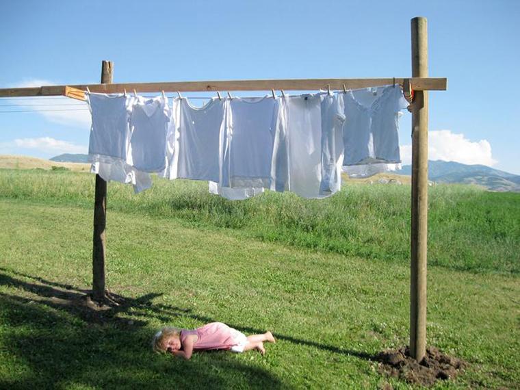 Nên phơi quần áo ra ngoài ánh nắng mặt trời sau khi xả