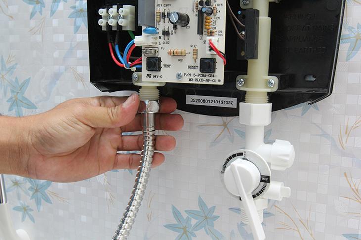 Dùng ống nhựa nối van 3 trong 1 với van cấp nước